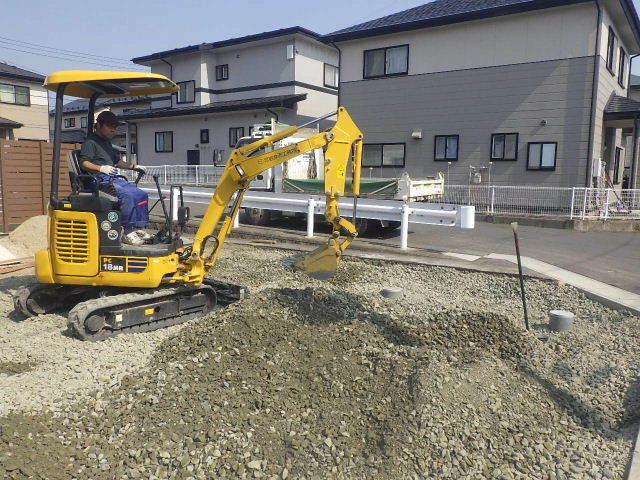 国分通りの家 外構工事が進行中。_f0105112_05082142.jpg