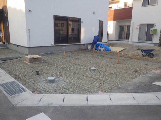 国分通りの家 外構工事が進行中。_f0105112_05082161.jpg