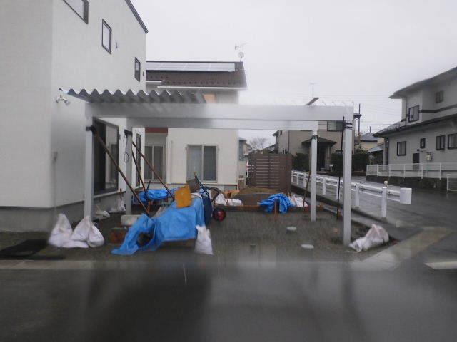 国分通りの家 外構工事が進行中。_f0105112_05163633.jpg