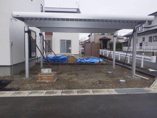 国分通りの家 外構工事が進行中。_f0105112_05215432.jpg