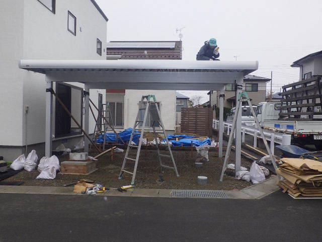 国分通りの家 外構工事が進行中。_f0105112_05215455.jpg
