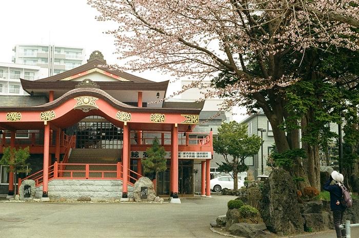 早咲きの桜を見る人と見る家族地蔵_c0182775_163123.jpg