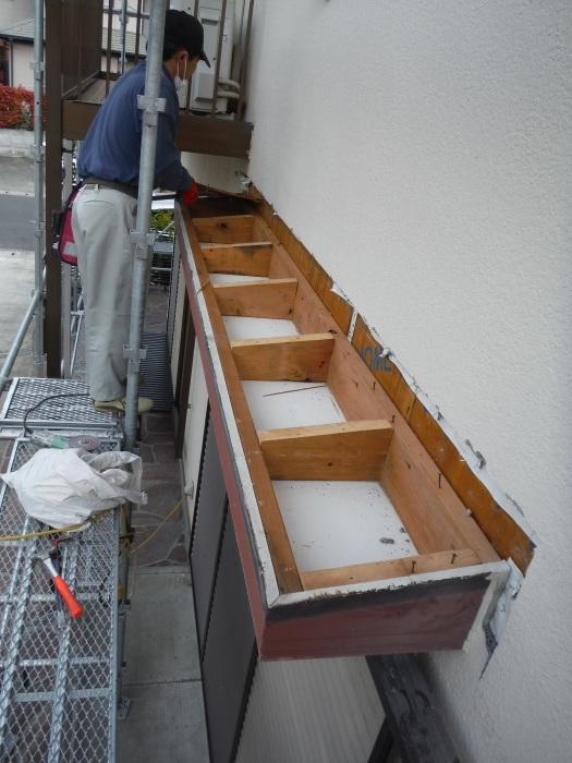 屋根・外壁の塗り替え ~ リビング庇を取外し。_d0165368_04235000.jpg