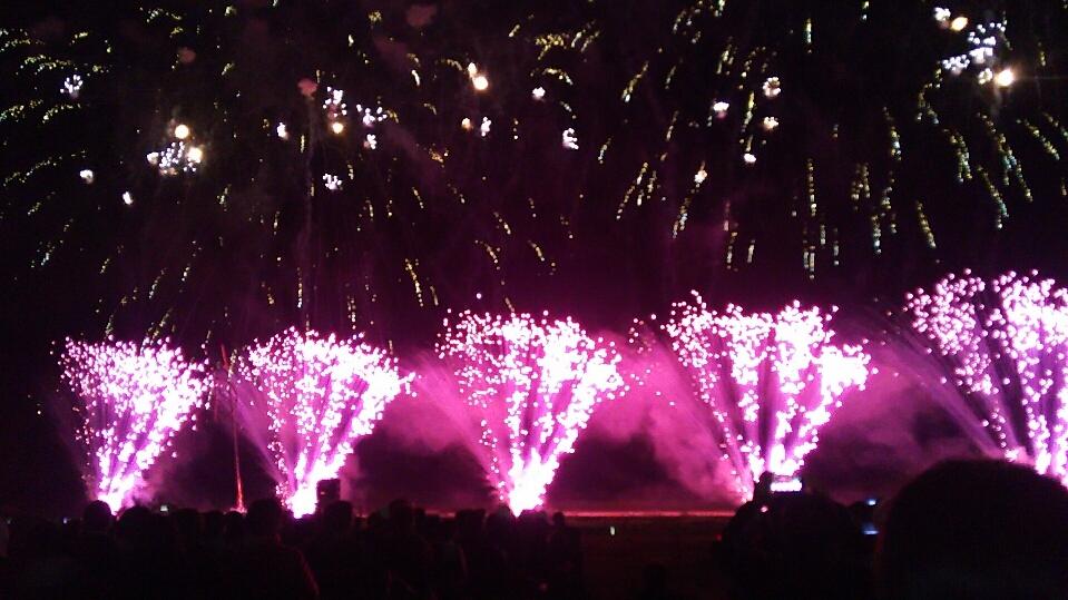 ライブ会場のような大曲の花火