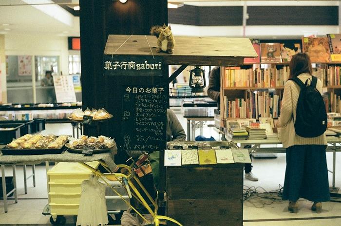 古本コーナーと南京事件の本とテレビ番組_c0182775_1637093.jpg