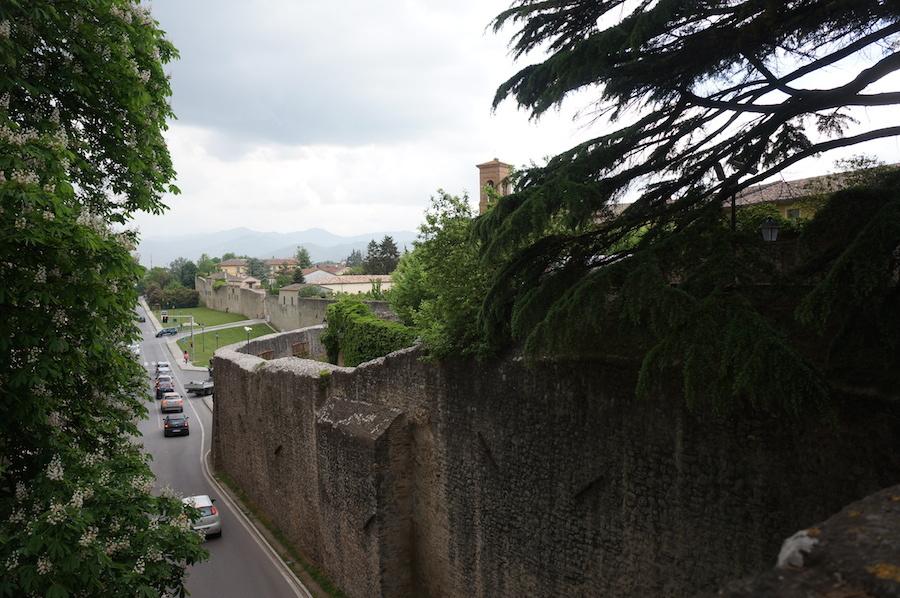 ランチは城壁で囲まれた村、チッタ・ディ・カステッロにて_f0106597_15094075.jpg