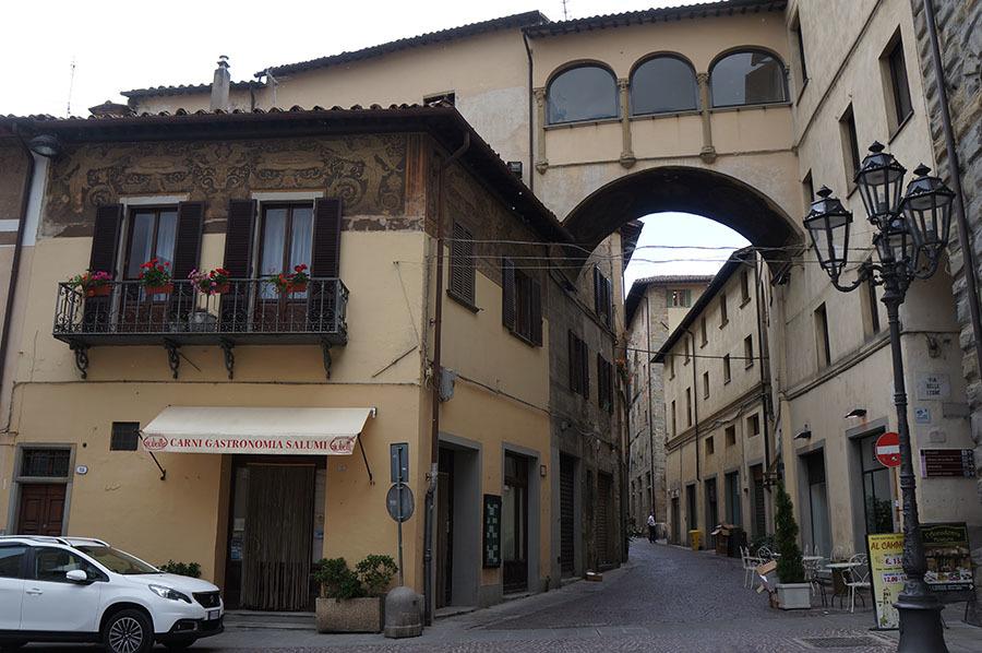 ランチは城壁で囲まれた村、チッタ・ディ・カステッロにて_f0106597_15251615.jpg