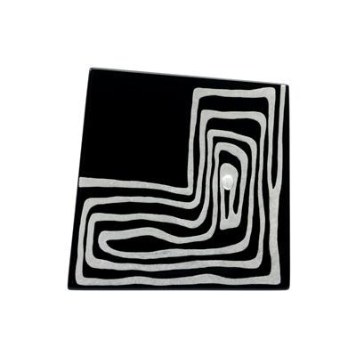 身につける漆 漆のアクセサリー ブローチ プラチナ箔 かぎ渦 黒色 坂本これくしょんの艶やかで美しくとても軽い和木に漆塗りのアクセサリー SAKAMOTO COLLECTION wearable URUSHI accessories Platinum MAKIE brooch Angular labyrinth Jet black 台形のようなアシンメトリーフォルムに漆ならではの艶やかな漆黒、繊細かつ印象的なデザインのプラチナ箔と銀粒の蒔絵が胸元を艶やかに演出、木の優しさ、温もりと、軽さを実感していただける職人の技が光る一品です。 #軽いブローチ #蒔絵のブローチ #プラチナ箔蒔絵 #印象的なデザイン #かぎ渦 #漆黒 #accessories #jewelry #Platinum #MAKIE #brooch #MAKIEbrooch #Angular #labyrinth #Jetblack