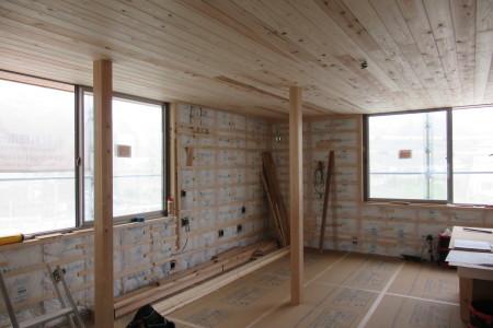 「玉野の家」2階天井の杉板が張られました_b0179213_17063476.jpg