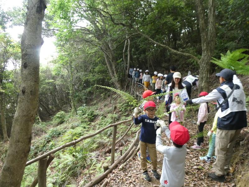 多奈川小学校1・2年生遠足 in うみべの森探検_c0108460_15583223.jpg