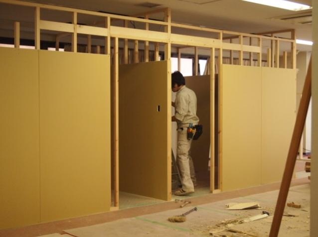 間仕切り建て込み~電気配線工事進捗。。_a0214329_21161110.jpg