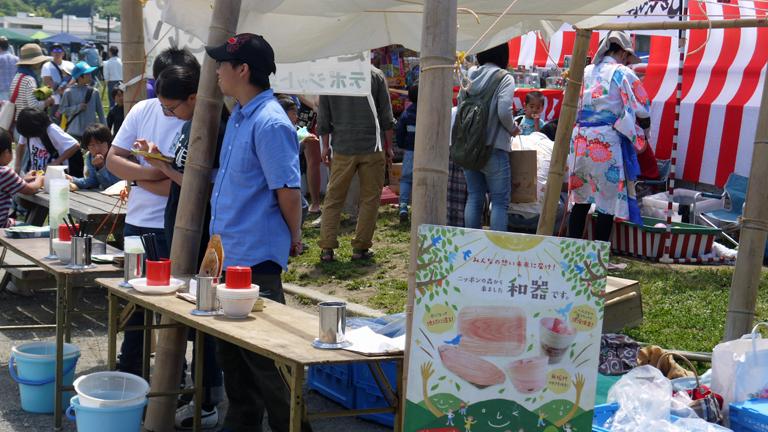 鎌人いち場に六国見山の恵み:地ビール、蜂蜜、器、塩出店_c0014967_8425990.jpg