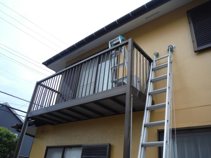 屋根・外壁の塗り替え ~ 2階バルコニーの屋根と床_d0165368_04185556.jpg
