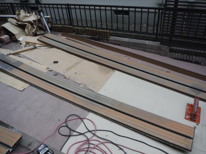 屋根・外壁の塗り替え ~ 2階バルコニーの屋根と床_d0165368_04194638.jpg