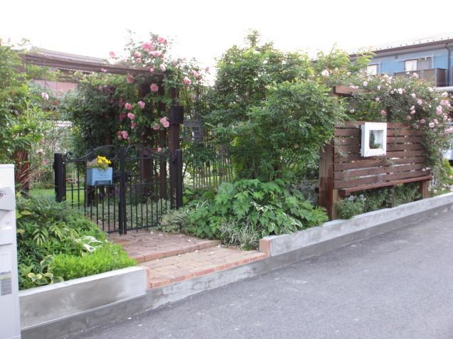 ガーデンハウス北側、ブロック土留めを平坦にしてもらいました_a0243064_07274499.jpg