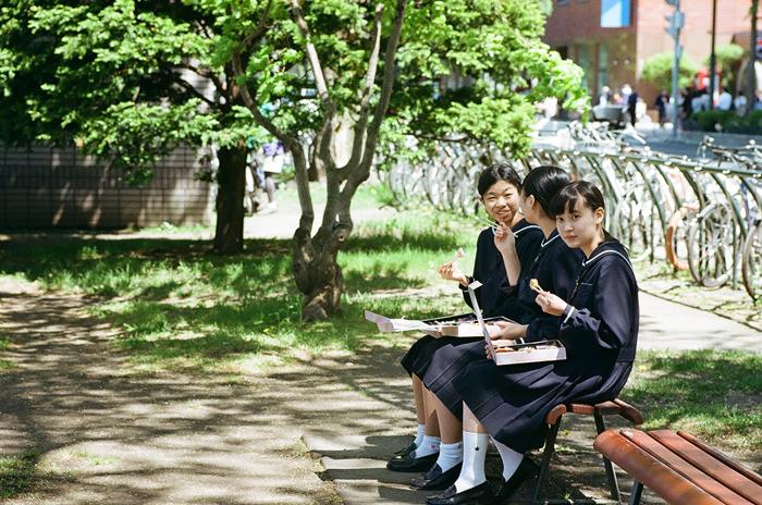 野点補助の女子高校生と古刊本に感動する受講生_c0182775_1455684.jpg