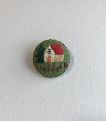 赤い屋根の家の刺繍ブローチを作りました。_a0138978_23472355.jpg