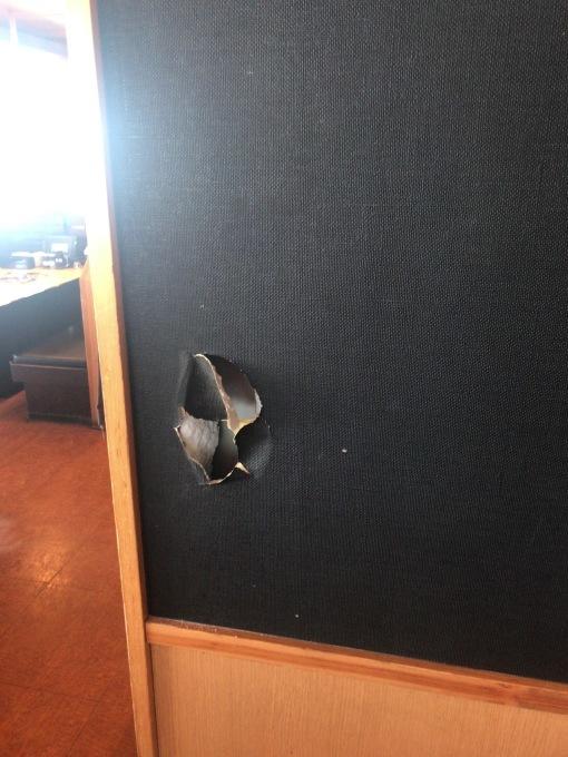 壁に穴が_e0104588_09510828.jpg