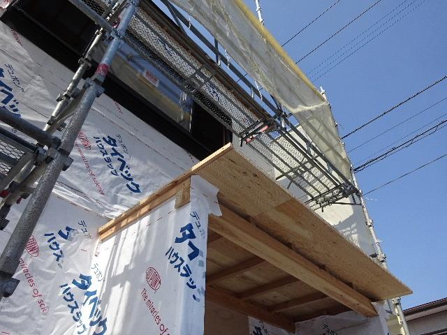 黒石野 桜の見える丘の上の家 大工の下地作業が進行中。_f0105112_04401455.jpg