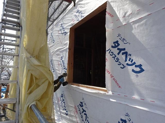 黒石野 桜の見える丘の上の家 大工の下地作業が進行中。_f0105112_04401491.jpg