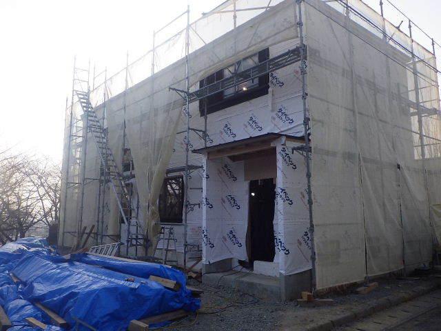 黒石野 桜の見える丘の上の家 大工の下地作業が進行中。_f0105112_04455933.jpg