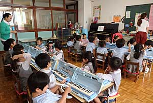 Philippine Teachers Study-Training  in Nakakagaya Kindergarten #1_e0325335_113731.jpg