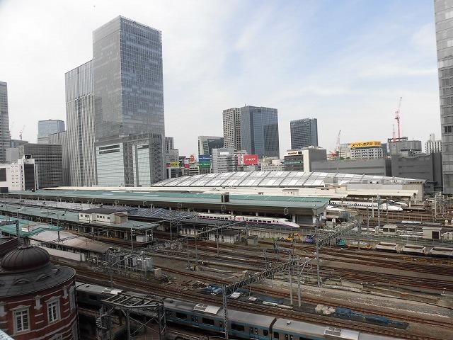 白い敷石に赤レンガの東京駅が映える! 昨年末に完成した東京駅「丸の内駅前広場」_f0141310_07473554.jpg