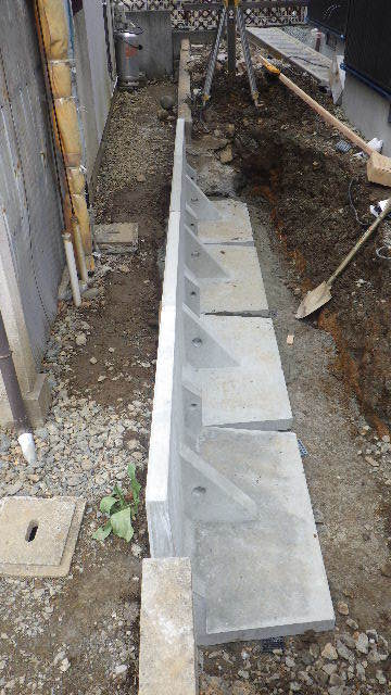 三ツ割 小さな家 外構工事進行中。_f0105112_04354374.jpg