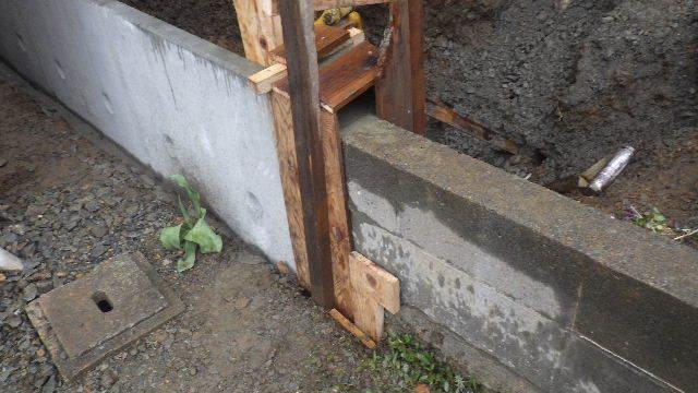 三ツ割 小さな家 外構工事進行中。_f0105112_04413533.jpg