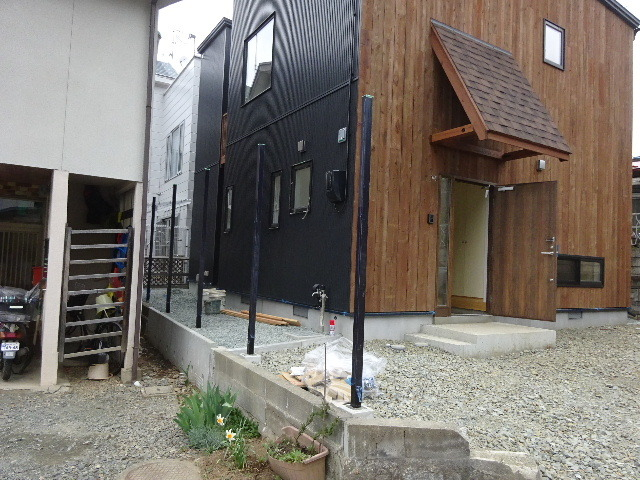 三ツ割 小さな家 外構工事進行中。_f0105112_04460426.jpg