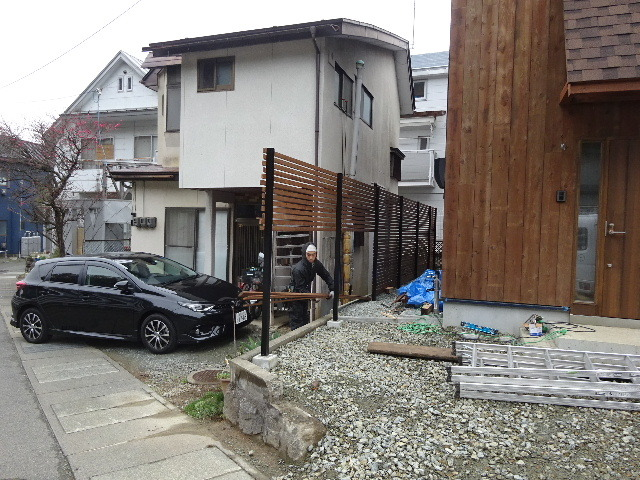 三ツ割 小さな家 外構工事進行中。_f0105112_04512777.jpg