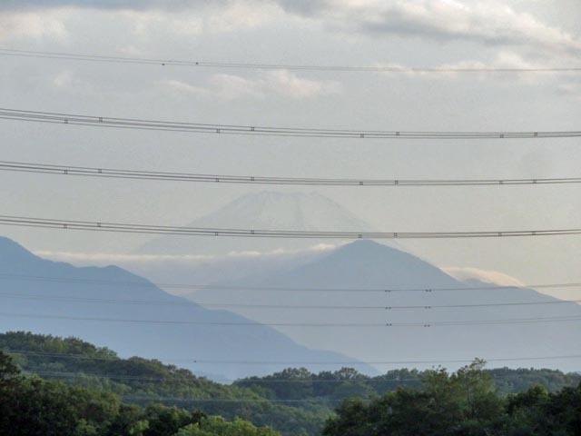 夕暮れ時に微かな富士山_e0133780_21222877.jpg