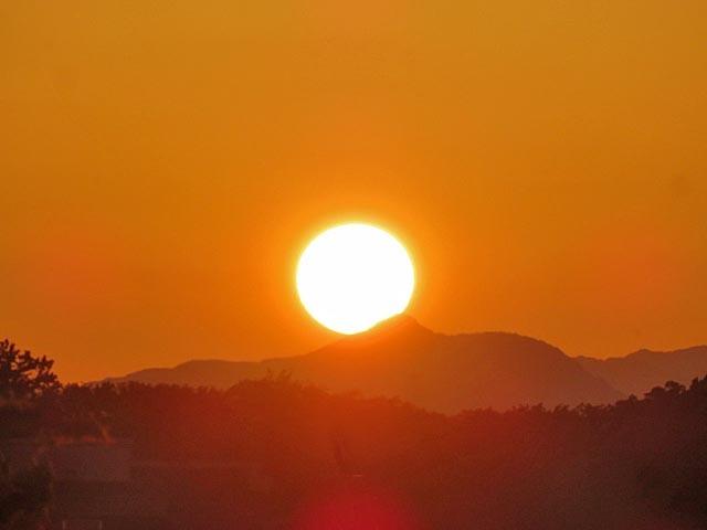 夕暮れ時に微かな富士山_e0133780_21371165.jpg