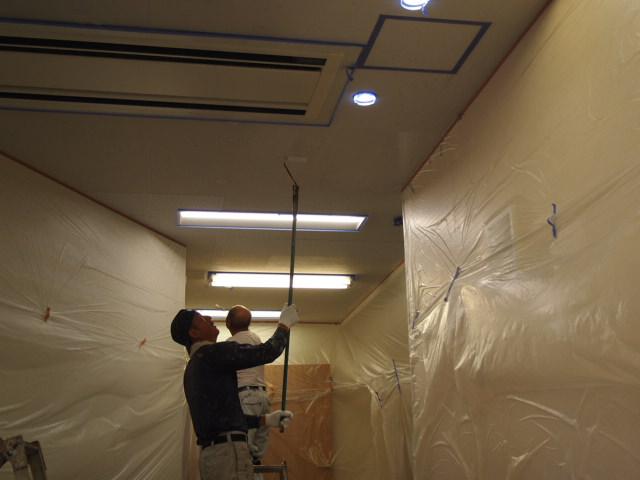 玄関ホールの天井塗装仕上げます・・・!_a0214329_17574074.jpg