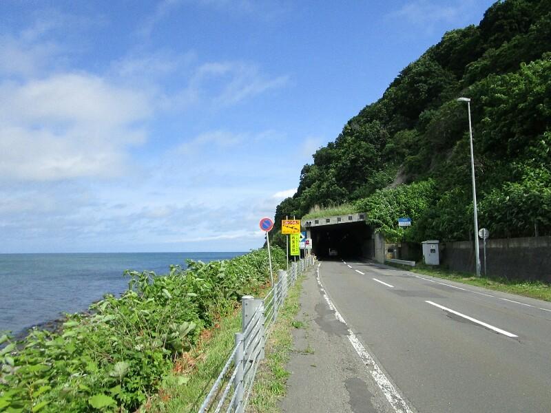 51日目【石狩市−苫前町】トンネルをぬけると浜に続く真直ぐな道_e0201281_04495993.jpg