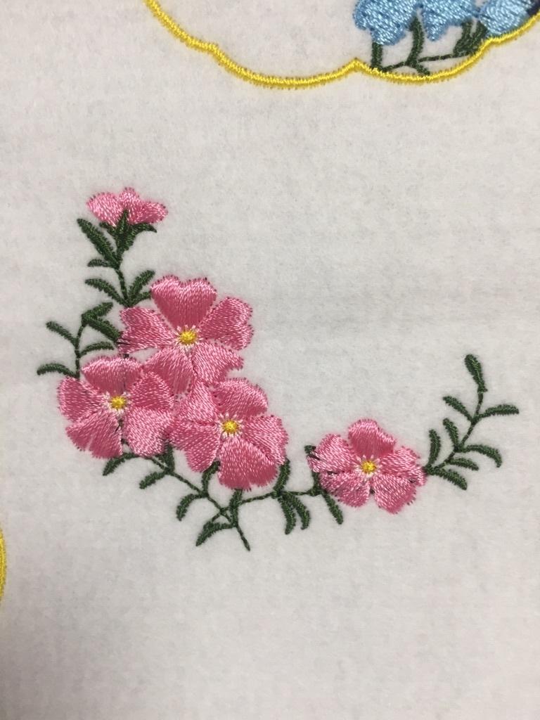 お花の刺繍とお皿_a0370893_23523632.jpg