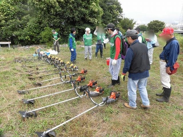 今年最初の滝川の土手普請 草が「みるい」ので、サクサク刈れます!_f0141310_08130266.jpg