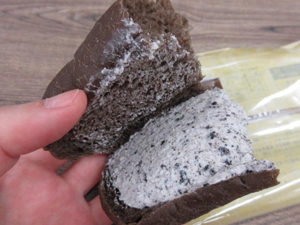 もっちりとした黒いコッペパン クッキー&クリーム@ローソン_c0152767_21513855.jpg