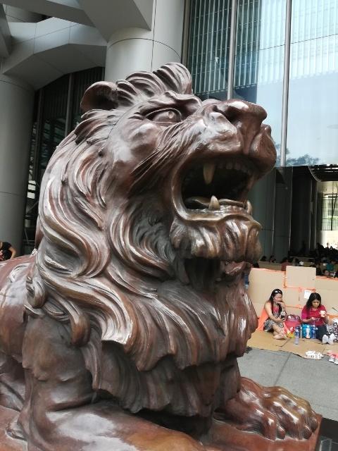 二頭の獅子「史提芬」と「施迪」@HSBC本店_b0248150_08130105.jpg