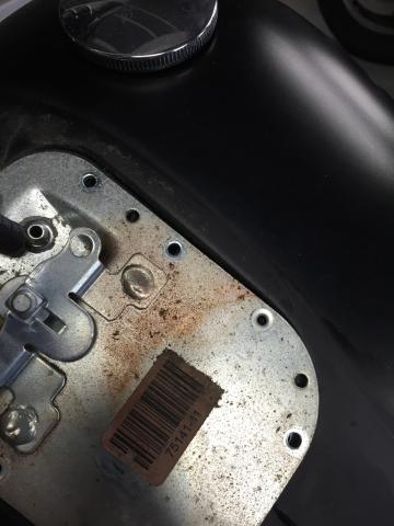 あまり無い事ですがタンクの上の蓋からのガソリン漏れ。_b0186136_18545278.jpg