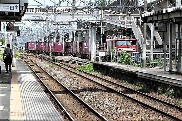 藤田八束の鉄道写真@東北本線仙台駅での新幹線の以外な素顔、石油を運ぶ貨物列車は意外とお洒落_d0181492_08282079.jpg