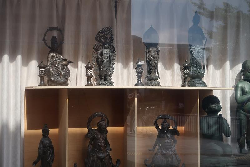 ウインドウの中の仏像群_e0374932_15334314.jpg