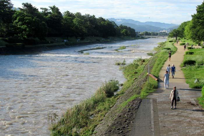 鴨川 水が引いた_e0048413_21351842.jpg