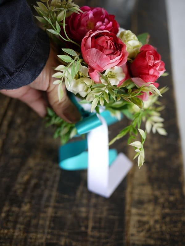 ご結婚披露宴でのブーケ、ブートニア、ケーキナイフ装花。ジャスマックプラザにお届け。2018/07/07。_b0171193_17232786.jpg