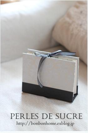 自宅レッスン 眼鏡ケース ボワットアコーディオン 丸箱 サティフィカ シャルニエの箱 蛇腹のハガキ入れ 書見台_f0199750_22040017.jpg