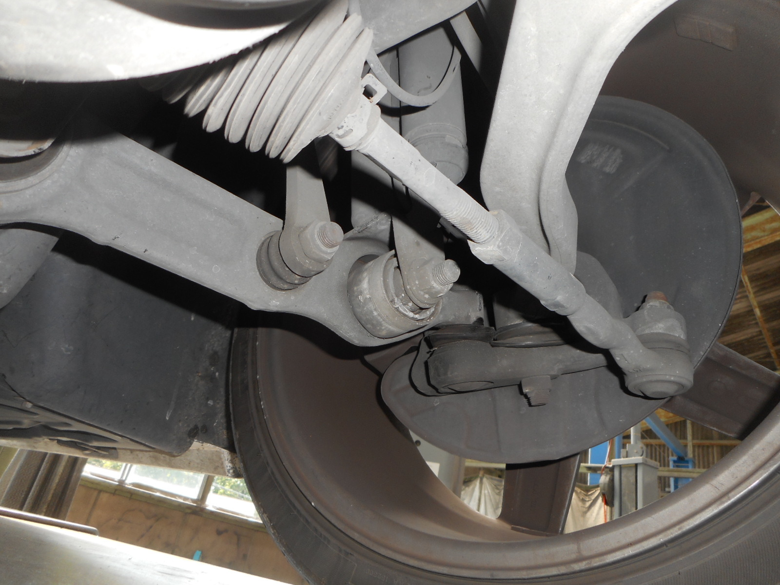 メルセデス・ベンツ W211 E500 足回りから異音 整備 (ロアアーム交換)_c0267693_17342189.jpg