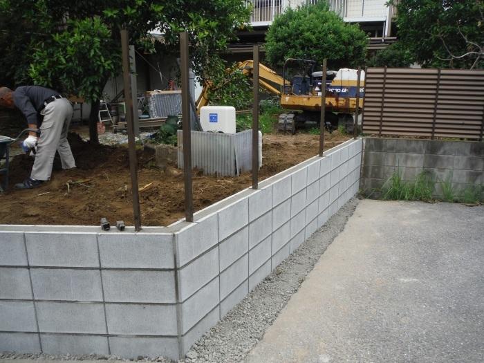 ブロック塀とフェンス ~ブロック積みとフェンス柱立て_d0165368_03210598.jpg