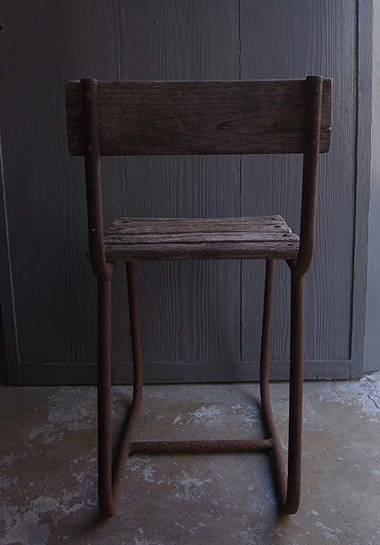 朽ちた木の椅子_e0111789_11160323.jpg