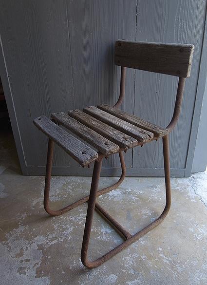 朽ちた木の椅子_e0111789_11160444.jpg