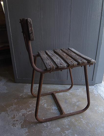 朽ちた木の椅子_e0111789_11160465.jpg